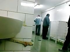 Oudere chap laat zich aftrekken en pijpen far openbaar WC
